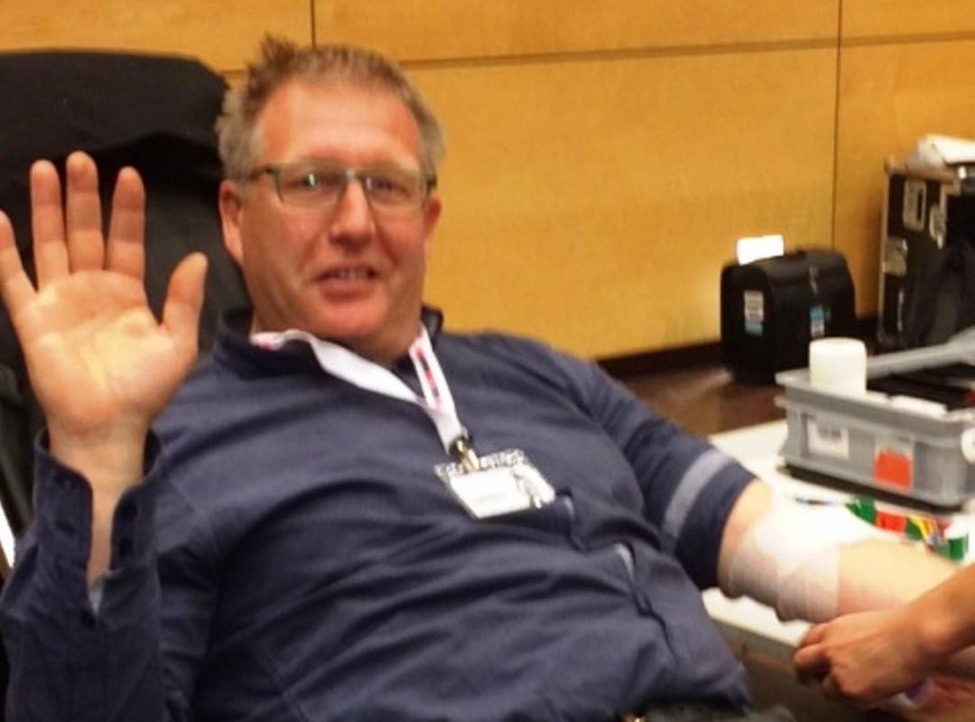 #Helfie Bart Nevens geeft bloed